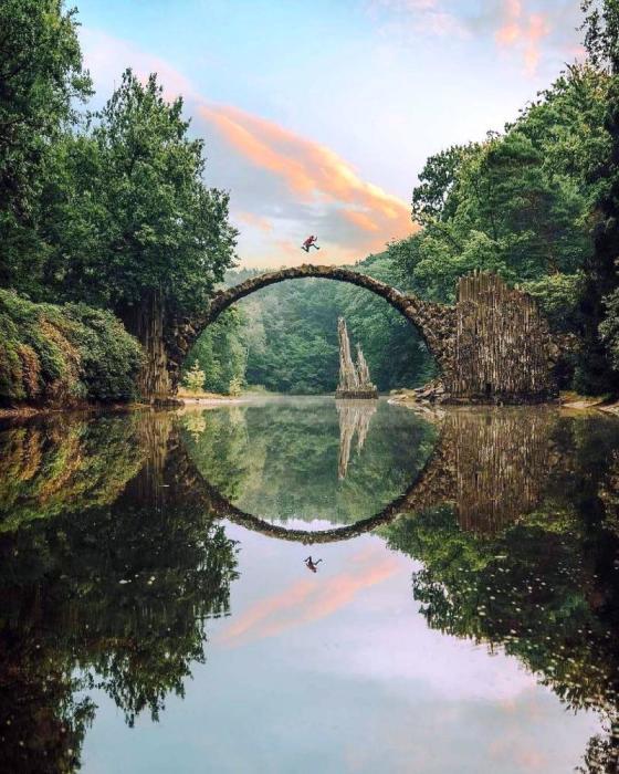 Несмотря на то, что вход на мост закрыт, находятся экстремалы, которые готовы на все ради эффектного снимка (мост Ракотцбрюке, Германия). | Фото: joinfo.ua.