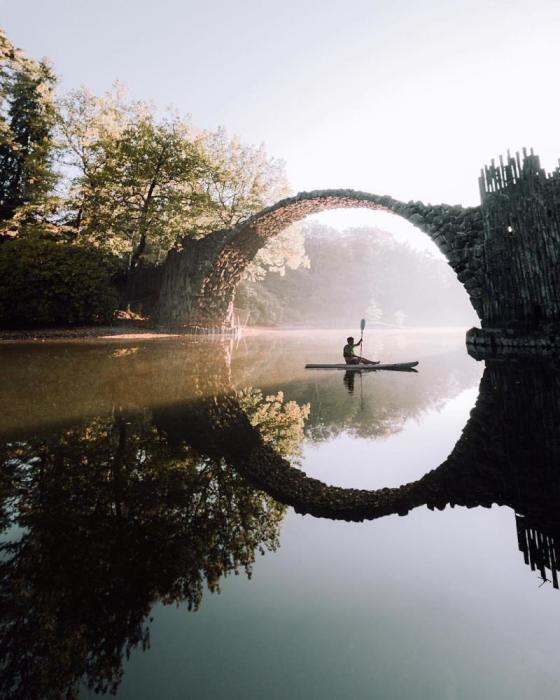 Находятся отчаянные любители мистики, который в такой способ желают обрести сверхъестественные силы (мост Ракотцбрюке, Германия). | Фото: joinfo.ua.