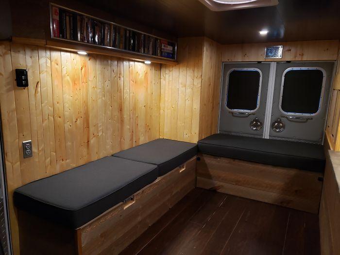 Диваны в гостиной можно превратить в полноценное спальное место. | Фото: provocateur.gr.