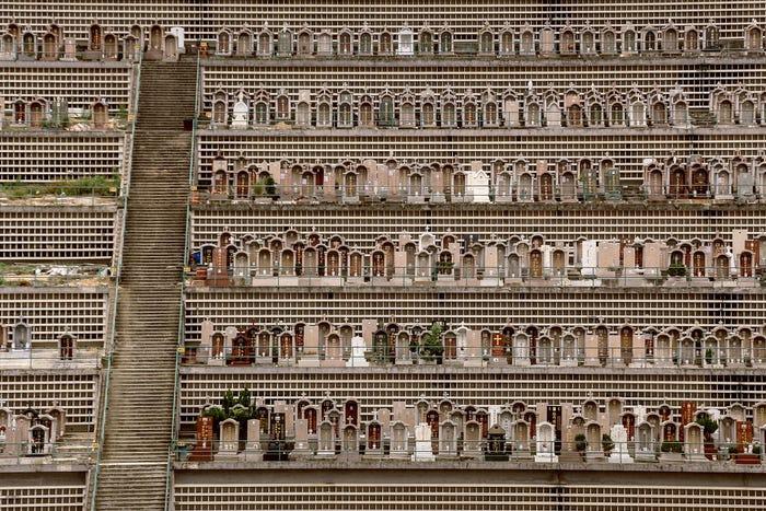 Частные кладбища более ухоженные, но места на их территории очень дорогие (Гонконг). | Фото: insider.com/ Finbarr Fallon.