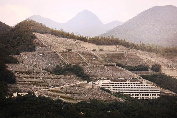 Непригодные для жизни людей склоны отданы для обустройства кладбищ (Гонконг). | Фото: insider.com/ Finbarr Fallon.