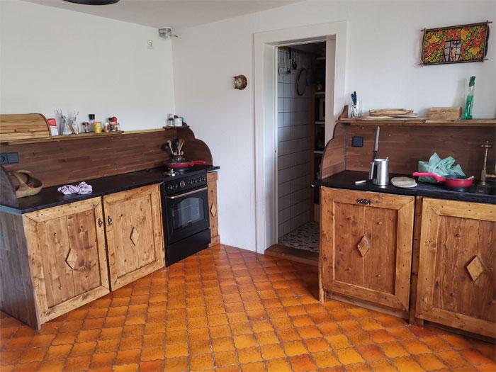 Молодые супруги сделали кухонный гарнитур из натурального дерева. | Фото: decorstyle.ig.com.br.