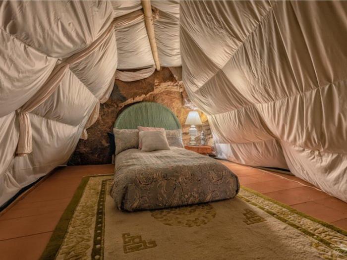 Стены и сводчатый потолок спальни на втором уровне задрапировали белой тканью (Аризона, США). | Фото: lemurov.net.