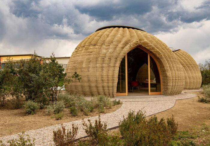 Оригинальная купольная форма выгодна и с эстетической точки зрения, и повышает устойчивость строения даже при сильных ураганах и мощных землетрясениях (TECLA, Италия).