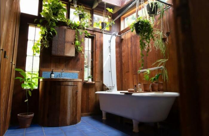 Ванная комната – место особенной гордости хозяйки странной лачуги (Сан-Франциско, США). | Фото: lemurov.net.