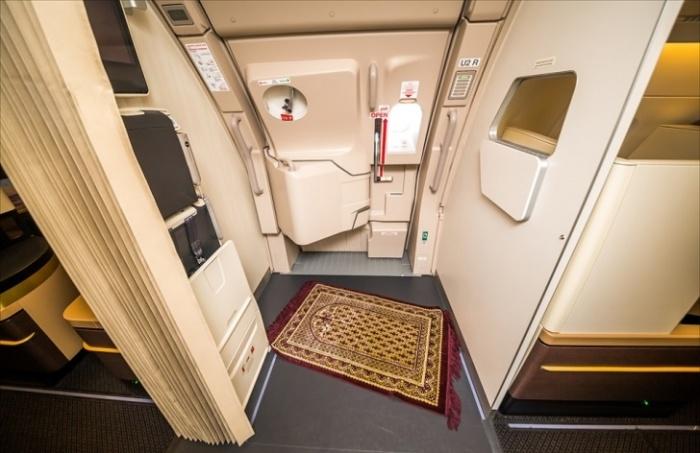 На борту самолета имеется и молитвенный уголок с ковриком (Airbus А-380 Etihad).
