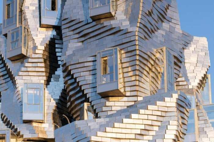 11 тысяч панелей, закрепленных под разным углом, создают фантастическую оболочку 56-метровой башне (Parc des Ateliers, Франция).   Фото: lakhtacenter.livejournal.com.