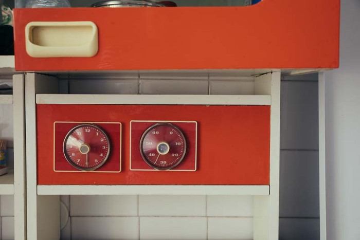 У кого сохранился такой веселенький (как для советской мебели) кухонный гарнитур с еще рабочими часами и градусником? | Фото: pro-remont.mediasalt.ru.