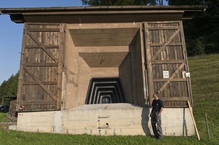 Колоритное шале за своими стенами скрывает не уютный интерьер, а бомбоубежище, например, (Fake Chalets, Швейцария). | Фото: mytechnologyworld9.blogspot.com.