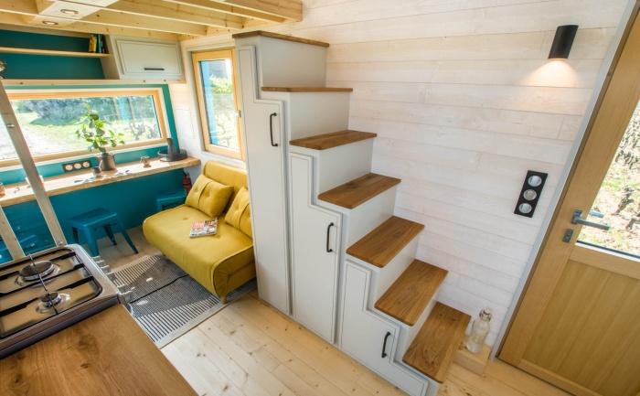 Лестница на второй ярус выполняет сразу несколько функций (Tiny House Siana). | Фото: tinyhouse-baluchon.fr.