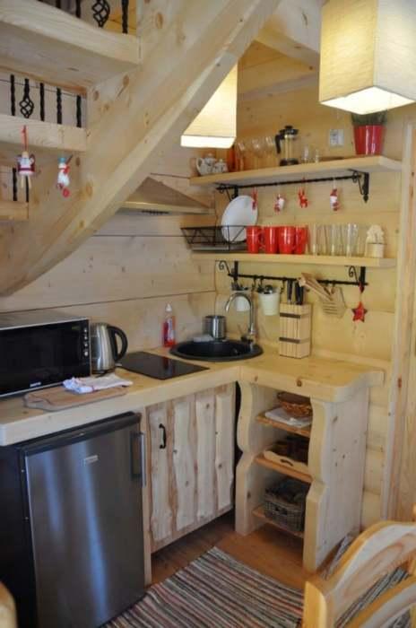 Вполне укомплектованная и современная кухня в сказочном мини-срубе «Stunning Gate Lodge». | Фото: itinyhouses.com.