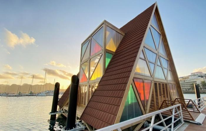 Разноцветные окна украсили А-образные павильоны (Mansa Floating Hub, Кабо-Верде).   Фото: expressodasilhas.cv.