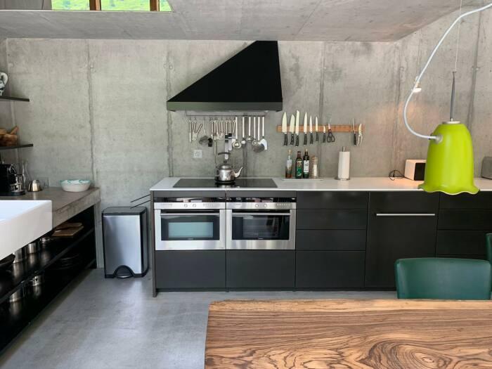 Современная просторная кухня вдохновит на создание кулинарных изысков (Villa Vals, Швейцария).   Фото: simpleandinteresting.wordpress.com.