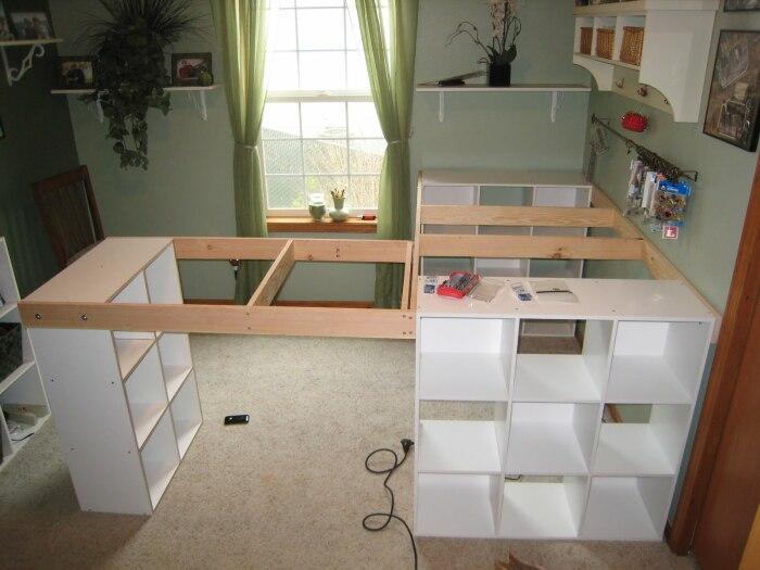 Чтобы получился более вместительный стол, можно добавить еще один модуль стеллажа Ikea и сделать каркас. | Фото: littlevws.blogspot.com.