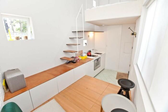 Многофункциональная столешница во всю стену поможет даже взобраться на второй уровень (Ричмонд-авеню, Лондон). | Фото: epocanegocios.globo.com.