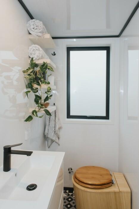 Благоустроенная ванная комната оформлена в черно-белых тонах (модель The River Bank's).   Фото: facebook.com.