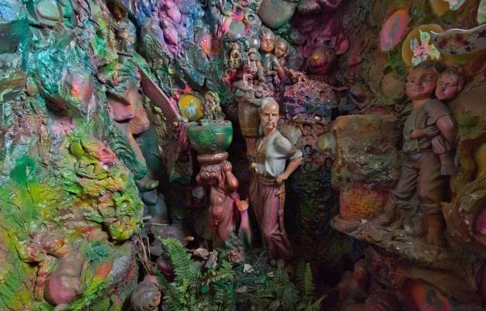 Среди скульптур и лепнины можно увидеть мифических и сказочных героев и живописную растительность (Киев, Троещина).   Фото: walking.kiev.ua.