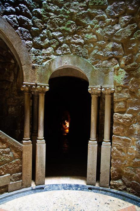 Этот выход из дна колодца может служить и входом в святилище, если выбрать второй путь движения (Quinta da Regaleira, Колодец Посвящения). | Фото: kolllak.livejournal.com.