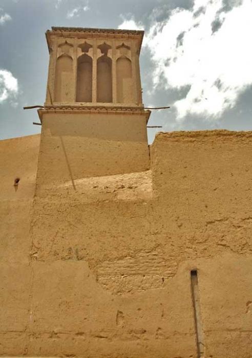 В односторонних бадгирах отверстия располагались только с той стороны, где дует прохладный ветер. | Фото: sanaei.livejournal.com.