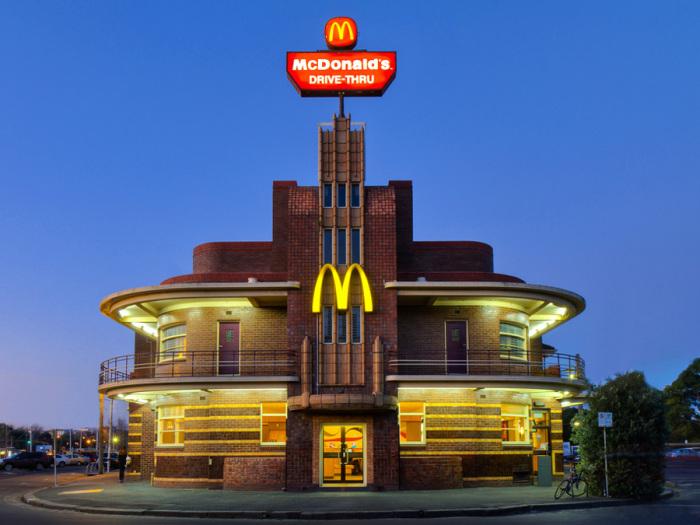 Прекрасные архитектурные формы Old Hotel McDonald's выделяют его из огромной массы подобных заведений. | Фото: iloppmarknad.livejournal.com.