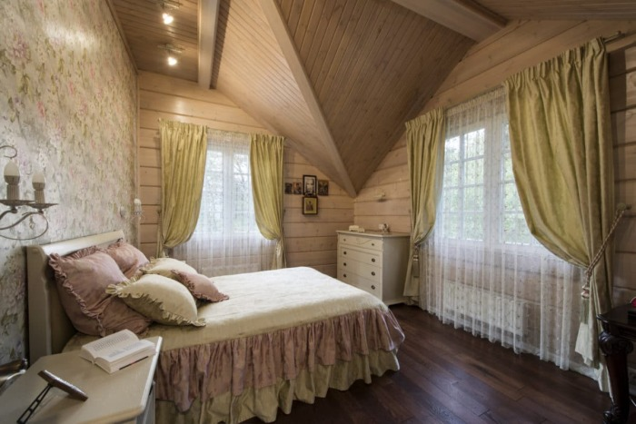 Дизайн интерьера одной из спальных комнат деревянного особняка. | Фото: roomble.com.