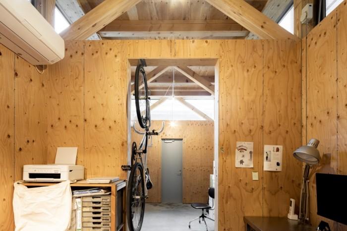 Удалось выделить небольшое пространство под установку оргтехники и хранение. | Фото: newatlas.com.