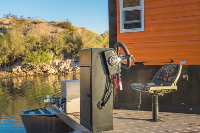 Рулевое управление понтонной лодки находится на передней палубе (универсальный кемпер Heidi-Ho). | Фото: newatlas.com.