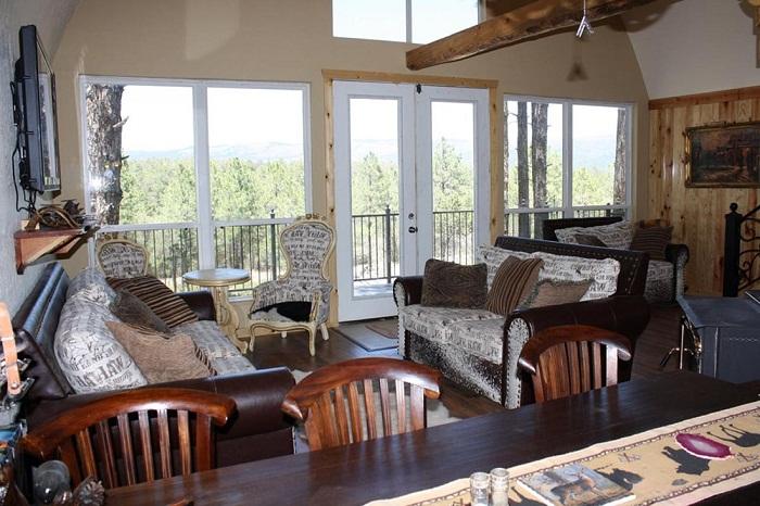 Панорамные окна позволяют любоваться окружающей природой, наполняя дом светом и теплом.