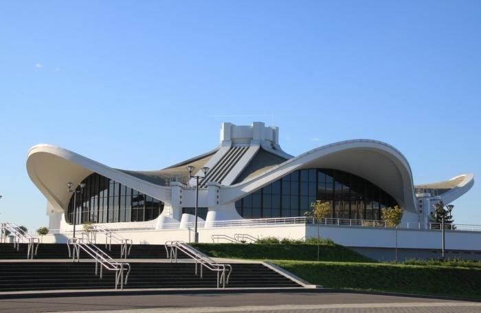 Впечатляющее здание Выставочного комплекса «Белэкспо» в Минске.