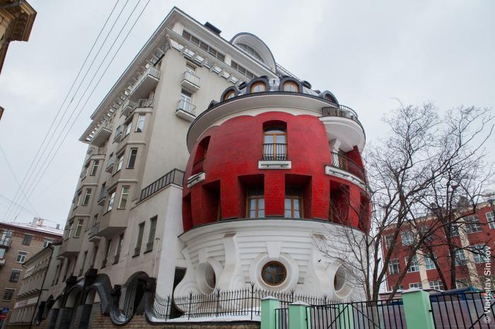 «Дом-яйцо» 2002 года стал ярким отражением «сувенирного» украшательства города. | Фото: stroi.mos.ru.