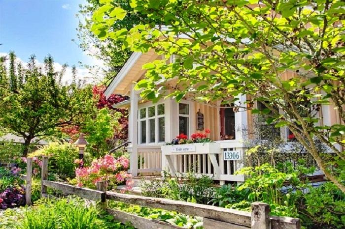 Коттедж окружен невысоким деревянным забором в деревенском стиле (Kvale Hytte, США). | Фото: lodgers.ru.
