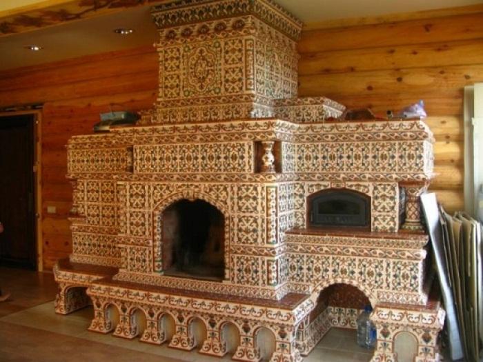 Печка в стиле «русский терем», оформленная пестрыми изразцами.