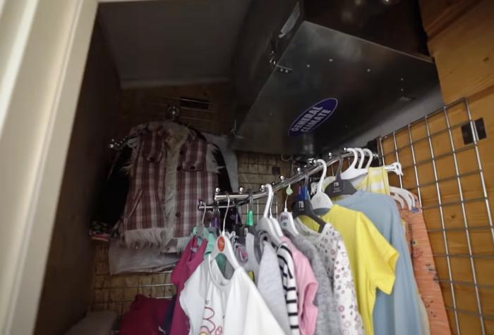 В шкафу, где хранятся вещи Арины, спрятан блок управления приточной вентиляцией, которой пользуются в детской, спальне и чулане. | Фото: youtube.com/ INMYROOM TV.