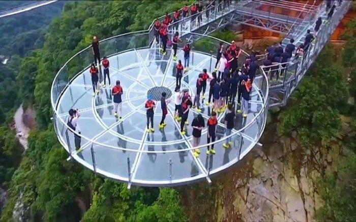 Стеклянная смотровая площадка находится на высоте 360 метров над глубоким ущельем.