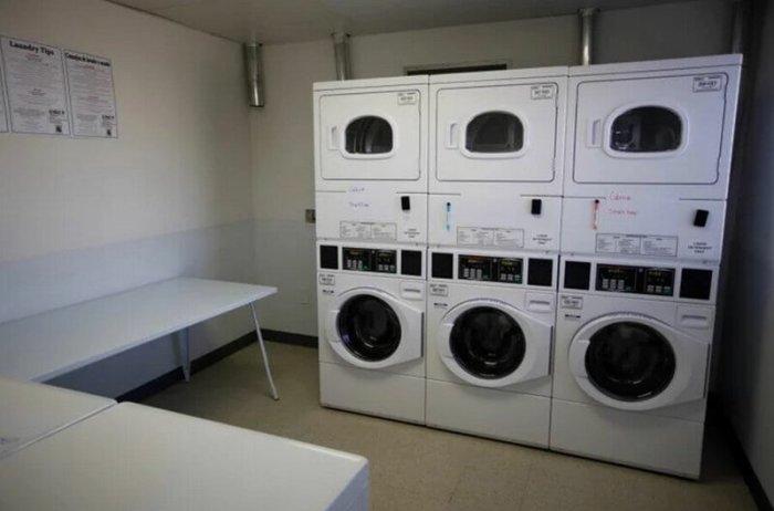 Прачечная со стиральными машинами и сушилками к услугам проживающих в комплексе («Bridge Housing Community», Сан-Хосе). | Фото: fishki.net.