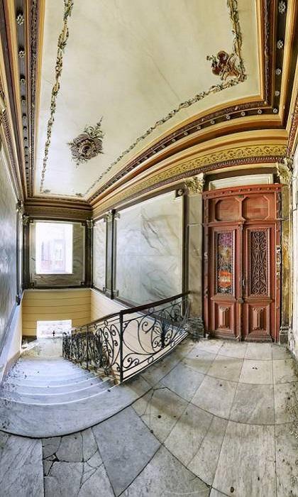 Интерьер парадной, созданный в стиле «богатого дома» конца XIX века.