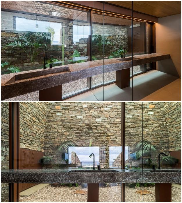 Из прозрачной ванной комнаты есть выход в зимний сад, созданный внутри дома (Ncaved House, о-в Серифос).