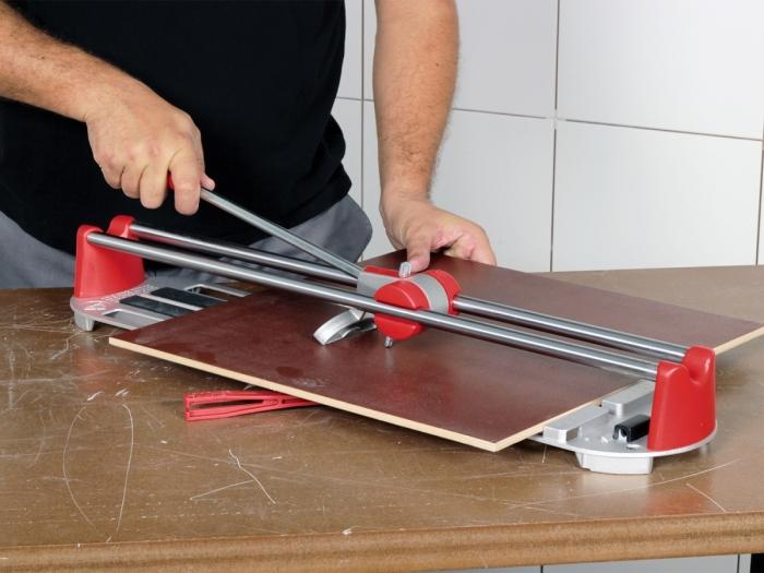 Ручной плиткорез помог создавать элементы нужной ширины и длины без особых проблем. | Фото: centr-snab.ru.