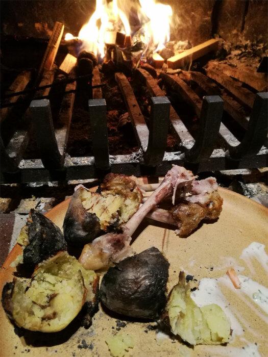 Средневековый способ приготовления пищи на открытом огне – частое явление, если бытовые удобства того времени. | Фото: decorstyle.ig.com.br.