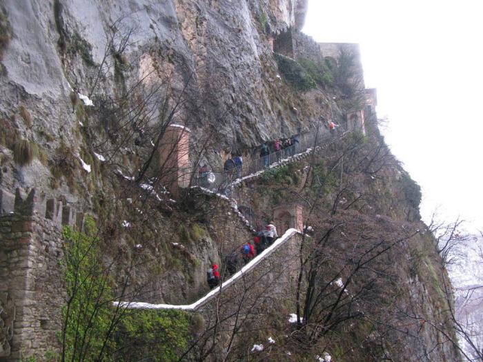Чтобы преклониться перед статуей Скорбящей Богоматери паломникам приходится преодолевать 1500 ступеней по краю утеса (Santuario Madonna della Corona). | Фото: etotam.com.