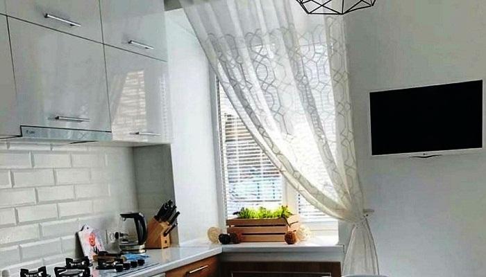 Для отделки рабочей зоны выбрали декоративные панели, имитирующие кирпичную кладку. | Фото: interesnoznat.com.