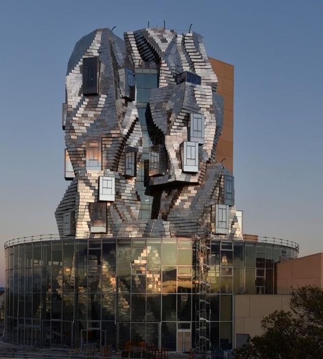 На вершине амфитеатра из стекла и стали находится динамичная извилистая башня, которую легко заметить издалека (Parc des Ateliers, Франция).   Фото: bestarchidesign.com.
