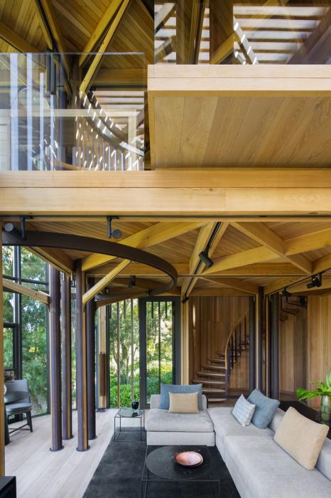 На первом этаже обустроили своеобразную «лесную поляну», окруженную деревьями (Treehouse Paarman, Кейптаун). | Фото: journal.homemania.ru.