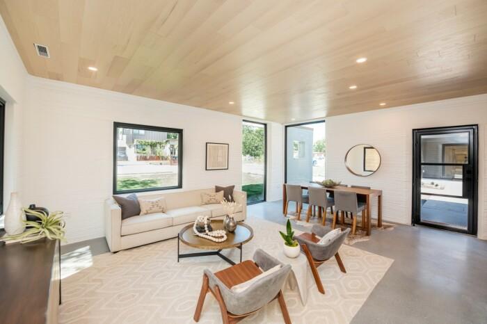 Просторная гостиная с открытой планировкой позволит организовать пространство на свое усмотрение (Остин, Техас). | Фото: designboom.com.