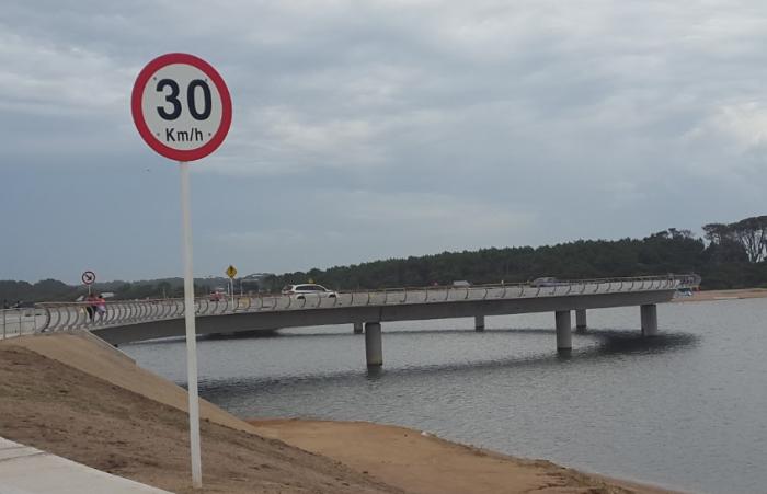 При въезде на мост установлены предписывающие знаки, ограничивающие скорость движения (Laguna Garzon Bridge, Уругвай). | Фото: archello.com.