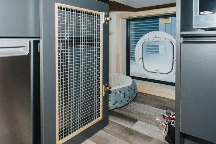 В мини-апартаментах нашлось место и для домашнего питомца, у которого будет собственная «комната» с мягким диваном (Autumn, Новая Зеландия). | Фото: newatlas.com.