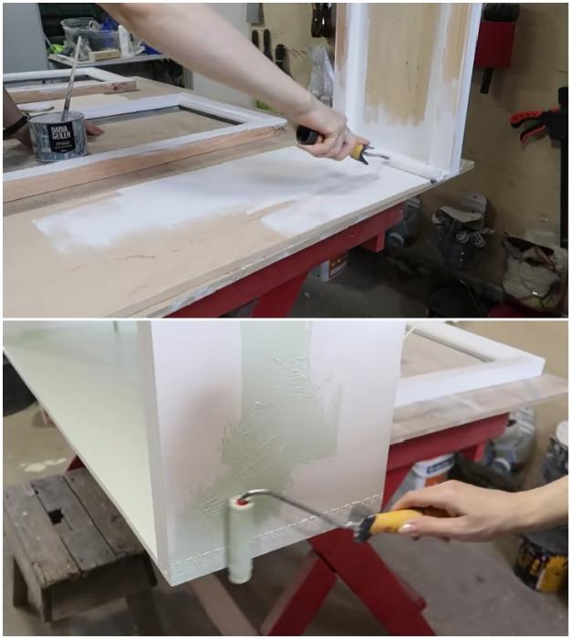 Нанесение слоя грунтовки облегчит процесс окрашивания и поможет создать равномерное покрытие. © Bubenitta.