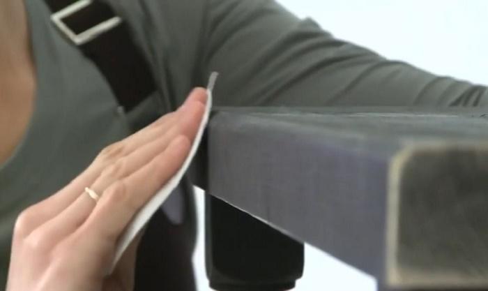 С помощью наждачной бумаги можно создать потертости.