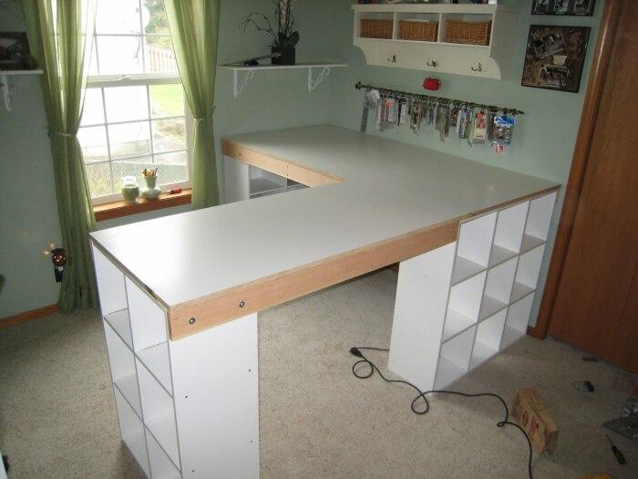 Остается установить лишь столешницы и, бюджетный рабочий стол готов. | Фото: theownerbuildernetwork.co.