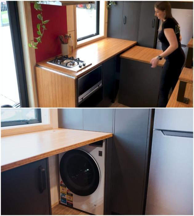 Выдвижную тумбу, за которой спрятана стиральная машина, можно использовать как кухонный остров или обеденный стол (модель The River Bank's).